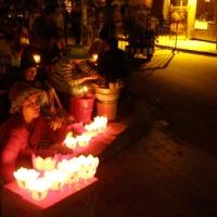 Bán đèn giấy thả trên sông