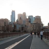 Cầu đi bộ bắt ngang qua sông Mississippi