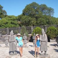 Bi & Bo làm điệu với chiếc nón bài thơ ở lăng vua Khải Định
