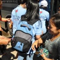 Các em trong cơ sở Nguyễn Nga tặng vòng đeo tay may mắn cho đoàn thiện nguyện