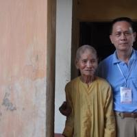 Ông cụ 102 tuổi, múa võ Bình Định còn nhanh nhẹn như thanh niên.  Người mặc áo xanh là chú bé dân Tây Sơn