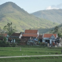 Một phần của Xóm Bàu, thôn Phú Xuân, xã Bình Phú, quận Bình Khê, nơi một chú bé quê lớn lên trong 9 năm kháng chiến chống Pháp, 1945-1954.