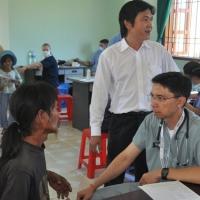 Dr Nicholas  lắng nghe - Vân Canh Bình Định