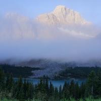 Canadian Rockies trong sương sớm
