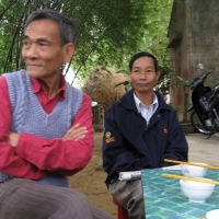 Thay Tu và anh Trí (chồng Bạch Nhạn) dang an banh xeo o Phuoc Son